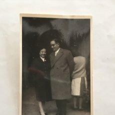 Fotografía antigua: FOTO. SALVADOR Y CONSTANTINA POR BARCELONA. FOTÓGRAFO?. AÑO 1954.. Lote 195535071