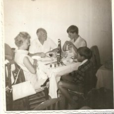 Fotografia antiga: == GG658 - FOTOGRAFIA - FAMILIA EN UNA COMIDA. Lote 195863793