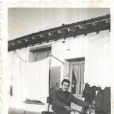 Fotografia antica: == N713 - FOTOGRAFIA - JOVEN EN UNA MOTO. Lote 196566676