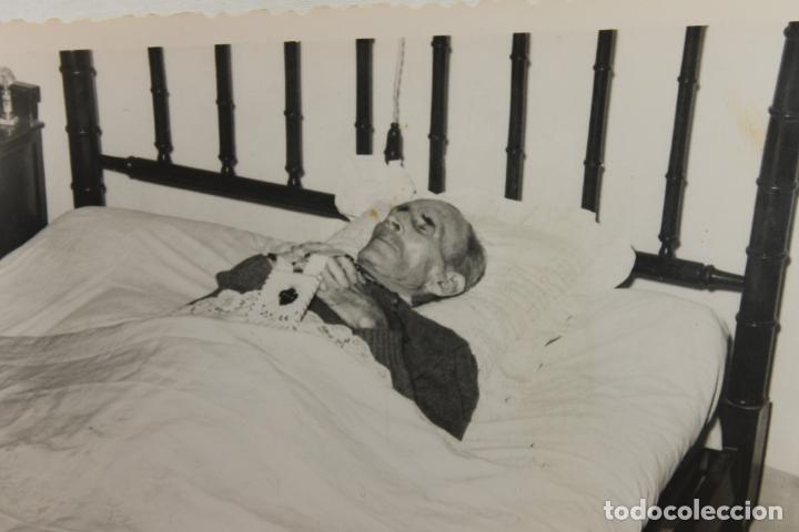 Fotografía antigua: FOTOGRAFIA SEÑOR MUERTO EN SU CAMA, POST MORTEN, AMORTAJADO - Foto 2 - 196604017