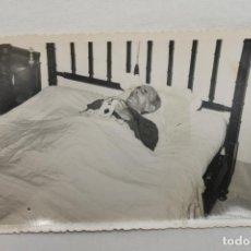 Fotografía antigua: FOTOGRAFIA SEÑOR MUERTO EN SU CAMA, POST MORTEN, AMORTAJADO. Lote 196604017