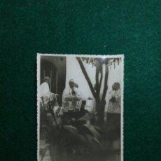 Fotografía antigua: ANTIGUA FOTOGRAFIA GUERRA CIVIL ESPAÑOLA MISA CLANDESTINA PATIO DE UNA CASA. Lote 197157971