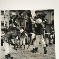 Fotografía antigua: FOTOGRAFÍA LLORENÇ HERRERA ALTÉS 1992 BALL DE BASTONS AL MERCADAL REUS. NUMERADA. . Lote 197384863