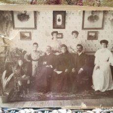 Fotografía antigua: FOTOGRAFÍA SOBRE CARTÓN SALÓN FAMILIAR PADRES HIJAS HIJOS PIANO FINALES S XIX PPIO S XX. Lote 197619213