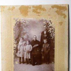 Fotografia antiga: FOTOGRAFIA DE ESTUDIO DE UNA FAMILIA SIN FECHA NI AUTOR, SOLO INDICA AGUILAS - MURCIA. Lote 197944832
