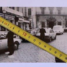 Fotografía antigua: GUARDIAS URBANOS O MUNICIPALES MULTANDO EN PLAZA CORT. PALMA DE MALLORCA. Lote 199389477
