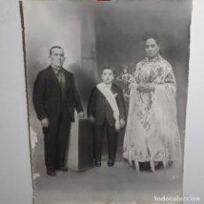 Fotografía antigua: ANTIGUA FOTOGRAFÍA FAMILIAR DE GRAN TAMAÑO.MUJER VESTIDO DE MAÑA.FOTO L. GARCIA ZARAGOZA.. Lote 199643653