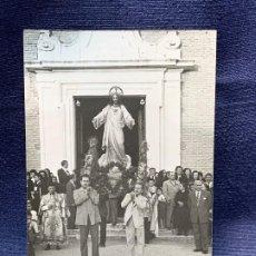 Fotografía antigua: FOTOGRAFIA PROCESION SAGRADO CORAZON ARANJUEZ 1955 SALIDA IGLESIA ALPAJES 1955 14X9CMS. Lote 199958488