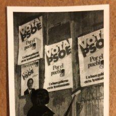 Fotografía antigua: FOTOGRAFÍA ORIGINAL DE LA PEGADA DE CARTELES DEL PSOE PARA LAS ELECCIONES MUNICIPALES DE 1979. Lote 201367885