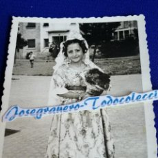 Fotografía antigua: FALLERA INFANTIL AÑO 1963 CAMINO DE LA OFRENDA. Lote 202374297
