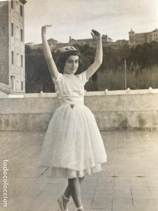 Fotografía antigua: Foto toledo vista alcazar años 70 niña bailarina reportajes graficos toledo 12,4x9 cm - Foto 2 - 202449040