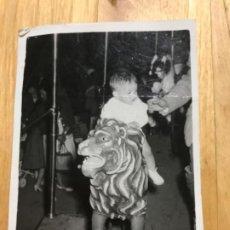 Fotografía antigua: ANTIGUA FOTO NIÑO BEBE MONTANDO EN TIOVIVO FERIA 8,5X6,5. Lote 202520230