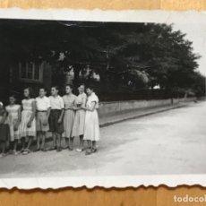 Fotografia antiga: ANTIGUA FOTOGRAFIA BURGOS BARRIADA MILITAR 1959 GRUPO DE NIÑOS EN FILA 5X6,7 CM. Lote 202567352