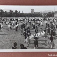 Fotografía antigua: ANTIGUA FOTOGRAFÍA CONCURSO NACIONAL DE GRUPOS SARDANISTAS. TARRASA. BARCELONA. AÑOS 70.. Lote 203140105