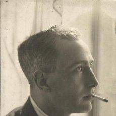 Fotografía antigua: CABALLERO JOVEN Y ELEGANTE CON TERNO, CORBATA Y FUMANDO. 1920. BUEN ESTADO. 14X9 CM.. Lote 203257415