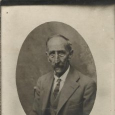 Fotografía antigua: HOMBRE MAYOR DELGADO CON TERNO, CAMISA Y CORBATA. PRINCIPIOS S.XX. MANDORLA. 14X8,5 CM. BUEN ESTADO.. Lote 203257513
