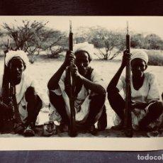 Fotografía antigua: FOTOGRAFIA GUERRA ERITREA TRES HOMBRES ARMADOS SENTADOS NEW YORK KAPPA PRESS PHOTOS 18X24,5CMS. Lote 203830955