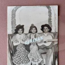 Fotografía antigua: ANTIGUA FOTOGRAFÍA JÓVENES BARRACA DE FERIA. FOTÓGRAFO MINUTERO. GRUPO FLAMENCO. ALICANTE? MURCIA?.. Lote 204338565