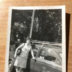 Fotografía antigua: SEÑORA CON SU SEAT 850.. Lote 205608582
