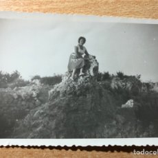 Fotografía antigua: MUJER EN EL CAMPO.. Lote 205608801