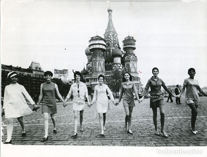 MINIFALDAS INGLESAS EN LA PLAZA ROJA DE MOSCÚ, FOTO PUBLICADA EN LA REVISTA FUERZA NUEVA (Fotografía - Artística)