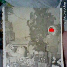 Photographie ancienne: NAVIDAD DIA REYES NIÑO JUGUETES FOTO PARTICULAR AÑOS 40 / 50 APROX 7 X 6 CMS. Lote 206422548