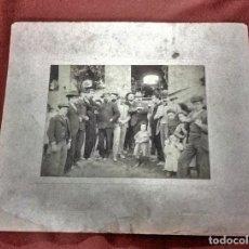 Fotografía antigua: ANTIGUA FOTOGRAFIA PERSONAS DE UN PUEBLO. Lote 207142593