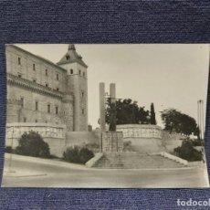 Fotografía antigua: ANTIGUA FOTOGRAFÍA MONUMENTO DEFENSORES ALCÁZAR TOLEDO 7 X 10 CM. Lote 207756162