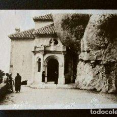 Fotografía antigua: MONTSERRAT (BARCELONA) ENTRADA A LA SANTA CUEVA - FOTO FAMILIAR TAMAÑO 6 X 8,5 CM 1925 - SANTA COVA. Lote 208170951