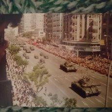 Fotografía antigua: FOTO DESFILE MILITAR - DIA NACIONAL DE ESPAÑA - NO PONE FECHA, IMAGINO QUE AÑOS 70. Lote 209300240