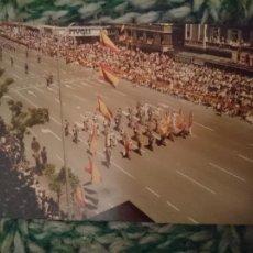 Fotografía antigua: FOTO DESFILE MILITAR - DIA NACIONAL DE ESPAÑA - NO PONE FECHA, IMAGINO QUE AÑOS 70. Lote 209300242