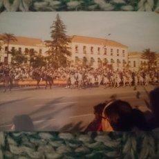 Fotografía antigua: FOTO DESFILE MILITAR - DIA NACIONAL DE ESPAÑA - NO PONE FECHA, IMAGINO QUE AÑOS 70. Lote 209300246