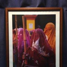 Fotografía antigua: FOTOGRAFIA FOLCLORE INDIA PROCESION MUJERES NOVIAS VELADAS S XX ENMARCADA 54X40CMS. Lote 210420085