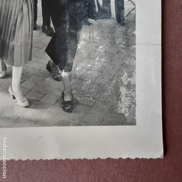 Fotografía antigua: ANTIGUA FOTOGRAFÍA 2 MUJERES EN LA CALLE. NICOLE GUIMA AVEC RACHEL GUIMA. FRANCIA. TROQUELADA. - Foto 2 - 210585997