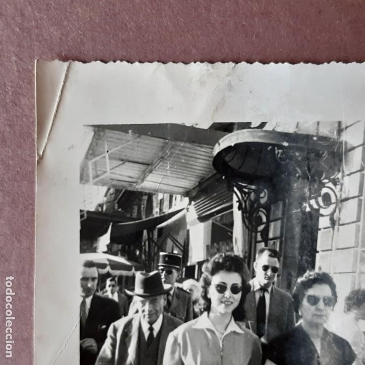 Fotografía antigua: ANTIGUA FOTOGRAFÍA 2 MUJERES EN LA CALLE. NICOLE GUIMA AVEC RACHEL GUIMA. FRANCIA. TROQUELADA. - Foto 3 - 210585997