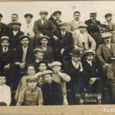 Fotografía antigua: FOTOGRAFÍA HOMBRES Y NIÑOS EN ALGÚN EVENTO. FOTOGRAFÍA MADRILEÑA, LA CORUÑA. TAMAÑO 114 X 81 -139X89. Lote 211732383