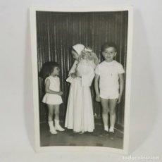 Fotografia antica: ANTIGUA FOTOGRAFIA - COMUNIÓN AÑOS 60 - NIÑA HACIENDO LA COMUNIÓN - 17,5 X 12 CM - 63. Lote 212020766