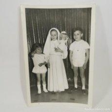 Fotografia antica: ANTIGUA FOTOGRAFIA - COMUNIÓN AÑOS 60 - NIÑA HACIENDO LA COMUNIÓN - 17,5 X 12 CM - 64. Lote 212020792