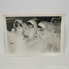 Fotografia antica: ANTIGUA FOTOGRAFIA - COMUNIÓN AÑOS 60 - NIÑAS HACIENDO LA COMUNIÓN - 17,5 X 12 CM - 68. Lote 212021123
