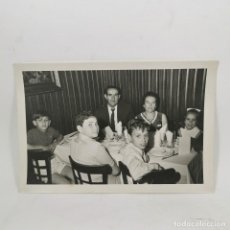 Fotografia antiga: ANTIGUA FOTOGRAFIA - BAUTIZO AÑOS 60 - BANQUETE DEL BAUTIZO DE UN NIÑO - 17,5X11,5 CM - 111. Lote 212049610