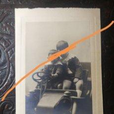 Fotografía antigua: ANTIGUA FOTOGRAFÍA. FOTÓGRAFO. NAPOLEÓN. BARCELONA. JUGUETE. NIÑOS EN EL COCHE DE HOJALATA.. Lote 212131925