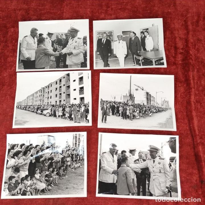 Fotografía antigua: 18 FOTOGRAFÍAS DE FRANCO VISITANDO VIVIENDAS. FOTÓGRAFO CARLOS PEREZ DE ROZAS. ESPAÑA. CIRCA 1950 - Foto 2 - 212340041