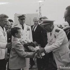 Fotografía antigua: 18 FOTOGRAFÍAS DE FRANCO VISITANDO VIVIENDAS. FOTÓGRAFO CARLOS PEREZ DE ROZAS. ESPAÑA. CIRCA 1950. Lote 212340041