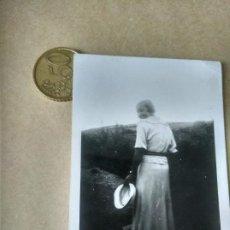 Fotografía antigua: PRECIOSA FOTO SEÑORITA DE ESPALDAS DÉCADA 1930. Lote 214404165