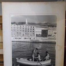 Fotografía antigua: YUGOSLAVIA, PERSONAS EN UNABARCA, PRECIOSA FOTOGRAFÍA ANTIGUA, AÑOS 50, FIRMADA, 35X30 CM. Lote 215137293