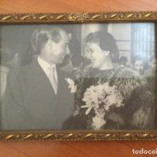 Fotografía antigua: FOTOGRAFÍA ANTIGUA DE UNA BODA EN PRECIOSO MARCO ESTUCO PAN DE ORO. AÑOS 40. Lote 215436493