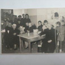 Fotografía antigua: FOTO AÑO 1967 EN RESIDENCIA DE MAYORES EN CADIZ. Lote 215936280