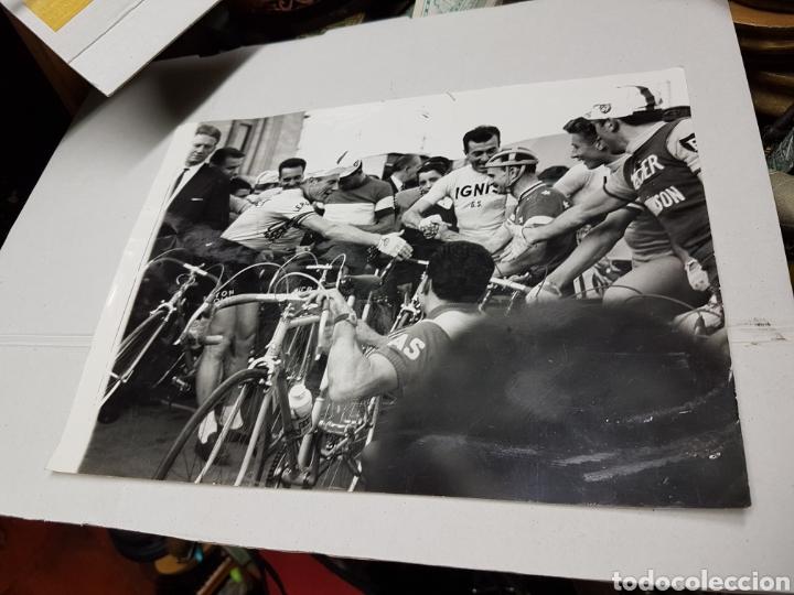 Fotografía antigua: Fotografía vuelta ciclista a España gran tamaño años 50 aprpx - Foto 2 - 217958912