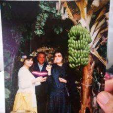 Fotografía antigua: FOTOGRAFÍA TOMANDO UN CHUPITO EN CANARIAS AÑOS NOVENTA ORIGINAL. Lote 218209953