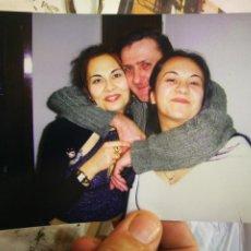Fotografía antigua: FOTO POSTAL FOTOGRAFÍA ABRAZANDO A LAS HIJAS AÑOS NOVENTA ORIGINAL. Lote 218216300